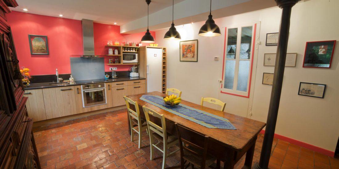 Aménagement intérieur cuisine tomettes anciennes
