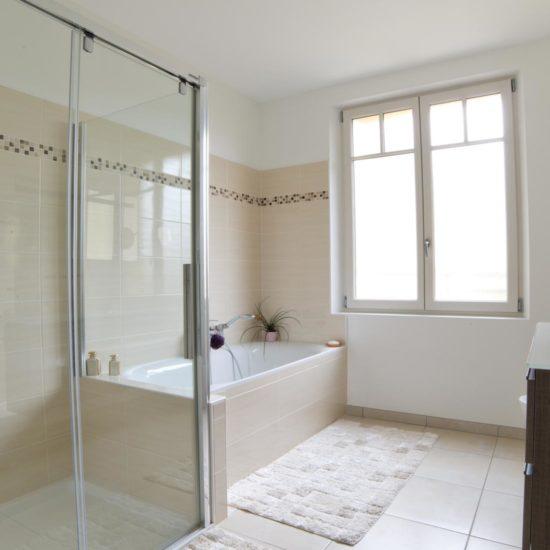 Aménagement intérieur salle de bain ivoire